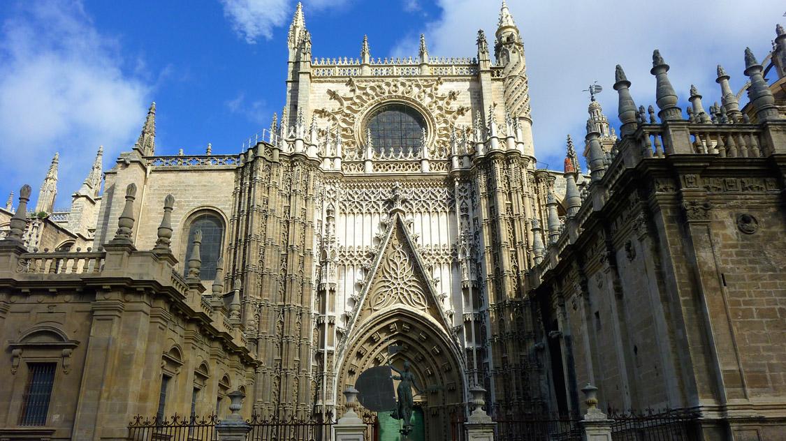 La cathédrale de Séville depuis la Puerta de San Cristobal